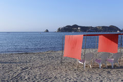 Strand-Schutz und Stühle Stockfotografie
