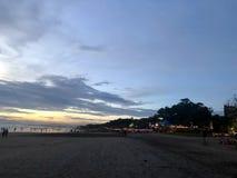 strand sedd solnedg?ng Det ?r mycket h?rligt Strand och solnedg?nghimmel royaltyfria bilder