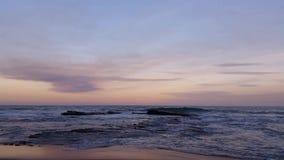 Strand-Seelandschaftswellen, die auf Felsen brechen stock video