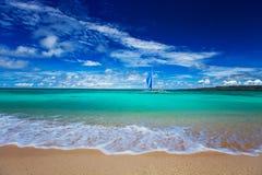 Strand, segelbåt och tropiskt hav arkivbild