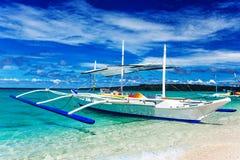 Strand, segelbåt och tropiskt hav Royaltyfri Fotografi