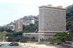 Strand, Sheraton Hotel, Elendsviertel in Rio de Janeiro Lizenzfreie Stockfotos