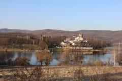 Strand som är främst av den konstgjorda sjön, hotell i avståndet i höstväder royaltyfri fotografi