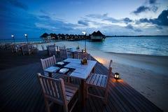 strand som äter middag den utomhus- restaurangtabellen Arkivfoton