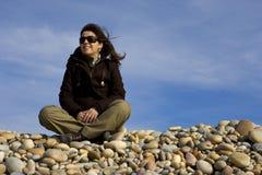 strand som beskådar kvinnabarn Arkivbild