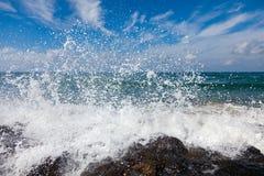 strand som bryter steniga waves Royaltyfria Foton