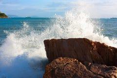strand som bryter steniga waves Royaltyfri Fotografi