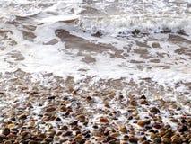 strand som bryter steniga waves Royaltyfri Foto