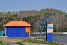 Strand som byggs på banken av dammet för underhållningfestivalen för 21 strid adlar den stora byelorussian redaktörs- bilden det  Fotografering för Bildbyråer