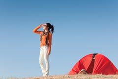 strand som campar den lyckliga utvändiga tentkvinnan Royaltyfria Foton