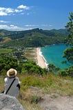 strand som förbiser den vilande bränningkvinnan Royaltyfri Foto