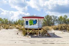 Strand som förlägga i barack med grafitti i Koserow på Östersjön Royaltyfria Bilder