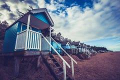 Strand som förlägga i barack mot dramatisk himmel Arkivfoton