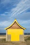 Strand som förlägga i barack på Mablethorpe royaltyfri bild
