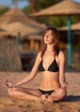 strand som gör yoga för lotusblommameditationkvinna Arkivbild