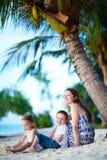 strand som tycker om aftonfamiljen Arkivbild