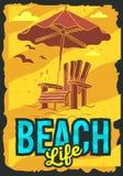 Strand-Sommer-Plakat-Design mit Strand-Aufenthaltsraum-Klappstuhl Sunbed-Strandschirm und einem Glas Getränkeillustrationen stock abbildung