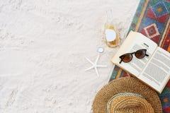 Strand-Sommerferien-Ferien-Buch-Freizeit-Entspannungs-Konzept stockbilder