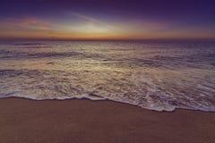 Strand am Sonnenaufgang Stockbild