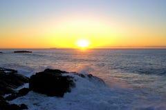 Strand-Sonnenaufgang-Wellen, die Felsen schlagen Lizenzfreies Stockfoto