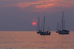 Strand-Sonnenuntergang und purpurroter Himmel Stockfotografie