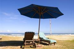 Strand-Stühle des Strandurlaubsorts