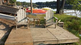 Strand-Stühle durch den See Lizenzfreies Stockbild