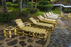 Strand-Stühle in einer tropischen Rücksortierung Lizenzfreie Stockbilder