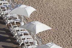 Strand-Stühle u. Regenschirme Lizenzfreies Stockbild