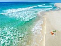 Strand-Stühle und Regenschirm Stockbild