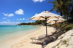 Strand-Stühle und Regenschirme Lizenzfreie Stockbilder