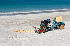 Strand-Stühle und Tücher Stockfotografie