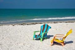 Strand-Stühle und Tücher auf dem Strand Lizenzfreie Stockfotos