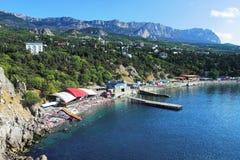 Strand in stad Simeiz en Berg ai-Petri, de Krim Royalty-vrije Stock Afbeelding