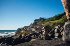strand staplade stenar Praia gör Santinho, Florianà ³polis, Brasilien royaltyfria bilder