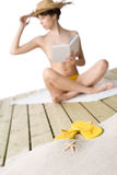 Strand - Starfish auf Sand, Frau im Hintergrund Stockbilder