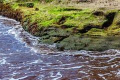 Strand-Steine im Ozean-Zusammenfassungs-Hintergrund Lizenzfreie Stockbilder