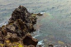Strand-Steine im Ozean-Zusammenfassungs-Hintergrund Stockfotografie