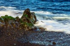 Strand-Steine im Ozean-Zusammenfassungs-Hintergrund Stockbild