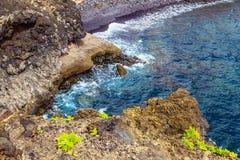 Strand-Steine im Ozean-Zusammenfassungs-Hintergrund Lizenzfreies Stockfoto