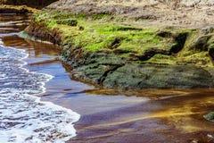 Strand-Steine im Ozean-Zusammenfassungs-Hintergrund Lizenzfreies Stockbild
