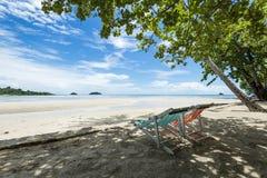 Strand-Stuhl auf dem Strand für die Entspannung Lizenzfreie Stockfotos