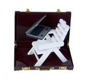 Strand-Stuhl und Laptop in einem Aktenkoffer Stockfotografie