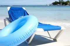 Strand-Stuhl und Wasser-Gefäß Stockbilder