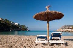 Strand sunbeds en paraplu Royalty-vrije Stock Foto