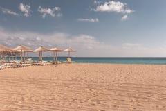 Strand sunbeds en parasols royalty-vrije stock afbeelding