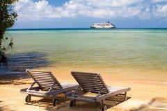 Strand sunbeds vor dem Meer lizenzfreie stockbilder
