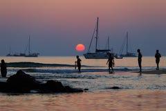 Strand-Tätigkeit und Sonnenuntergang Lizenzfreies Stockbild