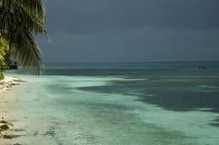 Strand tegen een stormachtige dag Stock Afbeeldingen