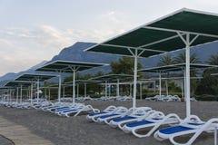 Strand tegengesteld aan bergen royalty-vrije stock afbeeldingen